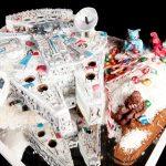 Un gâteau Star Wars avec un faucon millenium