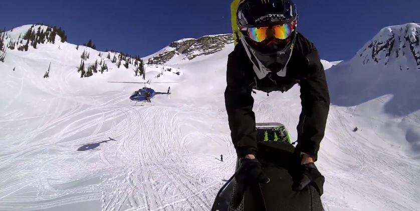 siamo in alta montagna, c'è molta neve, un elicottero ha appena lasciato un pazzo che si catapulta a valle con una motoslitta