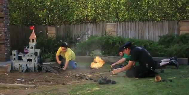 Photo of Combat entre un père et son fils avec des jouets [HUMOUR]
