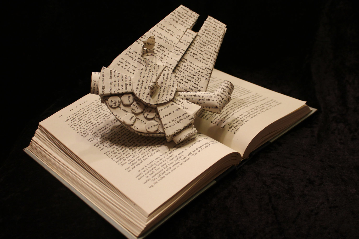 Photo of Les sculptures sur livres de l'artiste Jodi Harvey-Brown