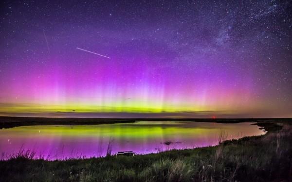 Photographie du jour #382 : Aurora and Satellites