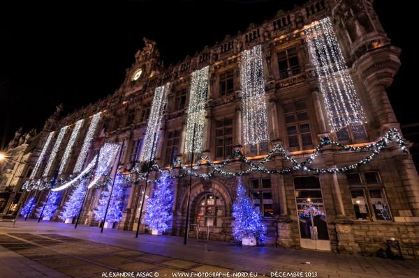Photographie nocturne de l'hôtel de Ville de Valenciennes à Noël.